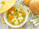 Рецепта Бистра пилешка супа със зеленчуци - картофи, карфиол, моркови, грах от консерва и зелен боб поръсена с копър